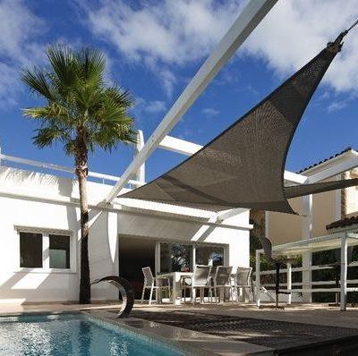 schwarzes-Sonnensegel-ueber-aussenbereich-mit-pool