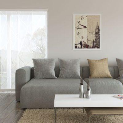 Flächenvorhänge aus weißem Stoff sorgen für einen hellen Raum