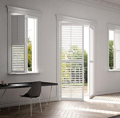 Weiße Fensterläden für helle Wohnräume