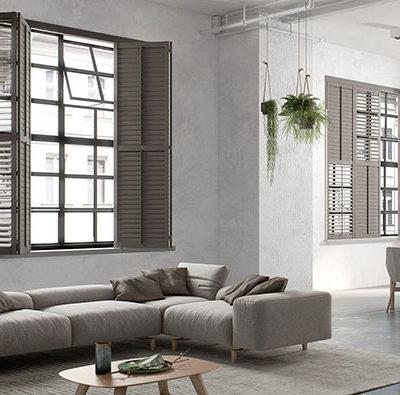 Innenliegende Fensterläden in moderner Architektur